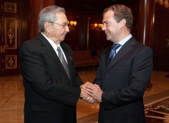 El presidente de los Consejos de Estado y de Ministros de Cuba, General de Ejército Raúl Castro Ruz, se reunió con el primer ministro ruso, Dimitri Médvedev,