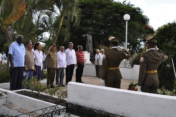 El General de Ejército Raúl Castro Ruz, primer secretario del Comité Central del Partido Comunista de Cuba y presidente de los Consejos de Estado y de Ministros, encabezó en horas de la tarde de este lunes la peregrinación del pueblo santiaguero en recordación a los 55 años de asesinados Frank País y Raúl Pujol.