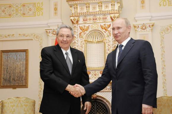 El presidente ruso Vladímir Putin y su homólogo cubano Raúl Castro sostuvieron hoy un encuentro en Novo-Ogariovo, la residencia del líder ruso en las afueras de Moscú. Foto: Estudios Revolución