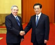 El presidente chino, Hu Jintao (I) estrecha la mano de Raúl Castro Ruz, presidente del Consejo de Estado y el Consejo de Ministros de Cuba, durante una ceremonia de bienvenida en el Gran Palacio del Pueblo en Beijing, capital de China, 5 de julio de 2012. (Foto: Xinhua / Yao Dawei)