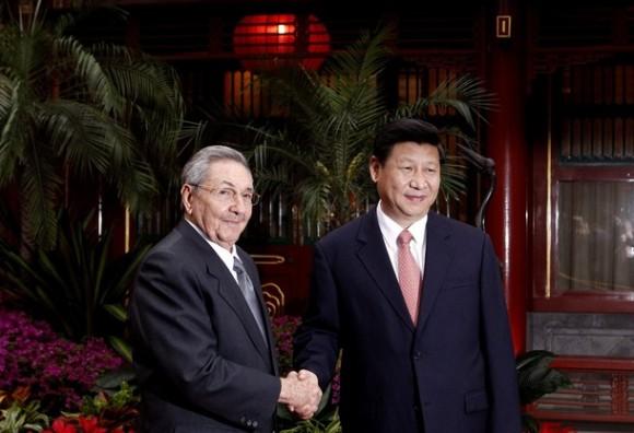 El presidente cubano Raúl Castro (izquierda), y el Vice Presidente Xi Jinping durante un encuentro en Diaoyutai, en Beijing este viernes. Foto: AP