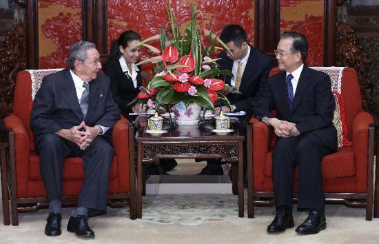 Raúl con Wen Jiabao, este viernes. Foto: Xinhua