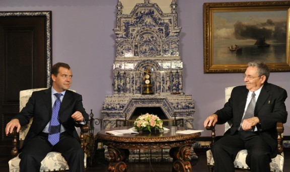 Raúl con el Primer Ministro ruso. Foto: NewsRu