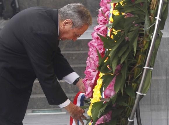 Raúl ante la ofrenda floral dedica a Ho Chi Minh en el Mausoleo que lleva su nombre. Foto: Reuters.