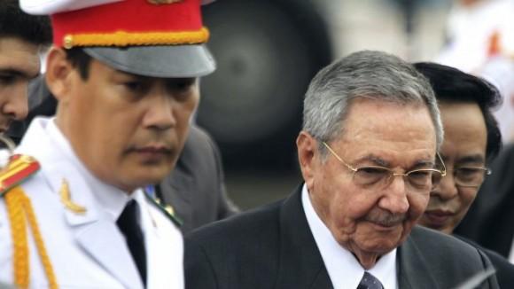 El presidente de Cuba, Raúl Castro (d), a su llegada al aeropuerto Internacional de Noi Bai en Hanoi, Vietnam. Foto:EFE