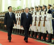 El presidente chino, Hu Jintao (I) ofrece una ceremonia de bienvenida a Raúl Castro Ruz, presidente del Consejo de Estado y los Consejos de Ministros de Cuba, en el Gran Palacio del Pueblo en Beijing, capital de China, 5 de julio de 2012. (Foto: Xinhua / Zhang Duo)