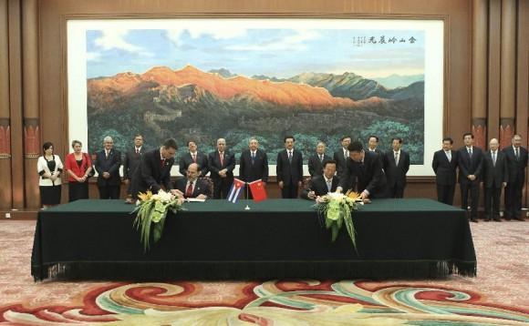 El presidente chino, Hu Jintao y Raúl Castro Ruz, presidente del Consejo de Estado y el Consejo de Ministros de Cuba presencian la firma de acuerdos de cooperación en el Gran Palacio del Pueblo en Beijing, capital de China, 5 de julio de 2012. (Foto: Xinhua / Ding Lin)