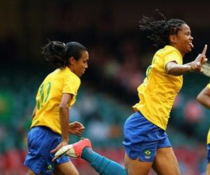La brasileña Renata celebra el primer gol de Brasil. Detrás de ella, la estelarísima Marta.