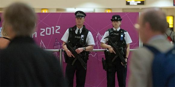 Policías armados en la termina 1 del aeropuerto de Heathrow. Foto: Reuters