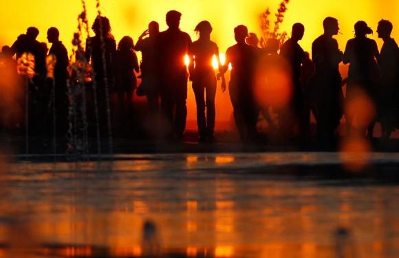 Las personas caminan frente al escenario antes del concierto de Red Hot CHili Peppers durante el festival Rock in Rio en Arganda del Rey, en las afueras de Madrid, España, el 7 de Julio, 2012. Foto: AP/Andres Kudacki.