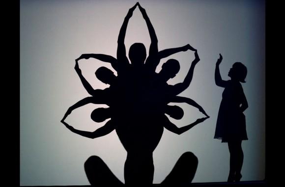 """Molly Gawler, una bailarina del Teatro de Danza Pilobolus, forma junto con sus compañeros de baile figuras en silueta en Berlín durante la presentación Admiralspalast, del espectáculo de danza """"Shadowland"""" en 2011. Foto: Foto AP/Hitij Maja."""