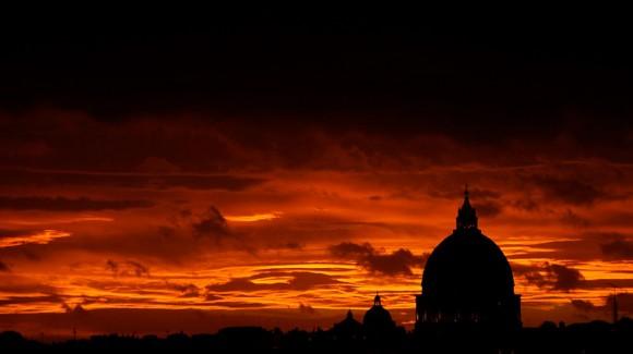 Basílica de San Pedro, al ponerse el sol en el centro de Roma, el 5 de diciembre de 2011. Foto: Filippo Monteforte/AFP/Getty Images.