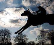 Joe Cornualles supera una valla antes de ganar The Tribute To Molson Coors Customers Handicap Steeple Chase en el hipódromo de Warwick, el 21 de marzo de 2012 en Warwick, Inglaterra. Foto: Alan Crowhurst/Getty Images.