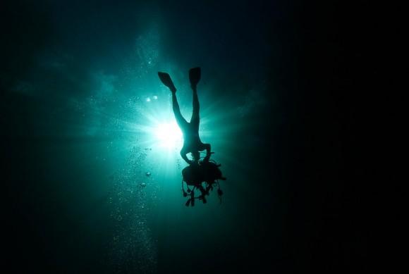 Un buzo se quita su equipo mientras se prepara para salir de la Cueva de los Peces a lo largo de la costa de Playa Girón, cerca de Playa Girón, 160 kilómetros al sur-este de La Habana, Cuba, el 24 de enero 2012. Foto: Reuters/Pablo Sánchez.