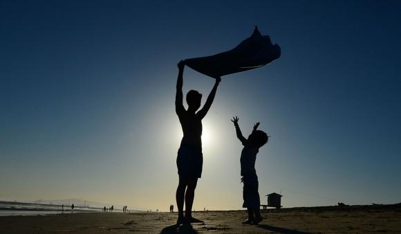 Los niños juegan antes de la puesta del sol en Seal Beach, al sur de Los Ángeles, el 9 de julio de 2012 en California. Foto: Frederic J. Brown/AFP/Getty Images.