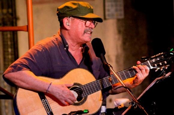 """""""Silvio Rodríguez de Cuba"""", lo llamó Margarita; que cerró el concierto, solo con guitarra interpretando """"Unicornio"""", por petición de una muchacha desde una azotea próxima, cuando ya el trovador se había despedido por segunda vez."""