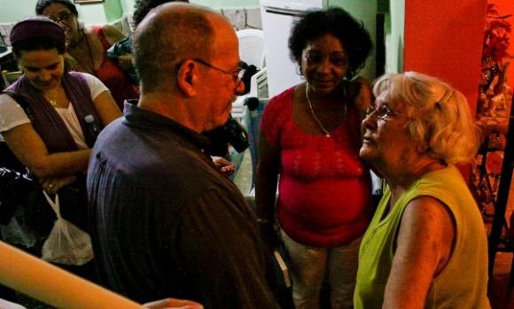 Margarita saluda a Silvio en casa de Mercedes.