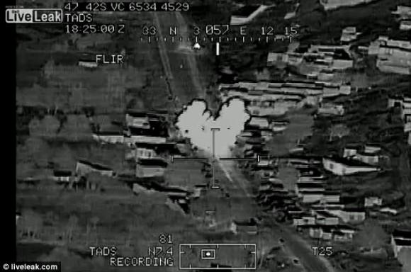 Explosión: El golpe de misiles fue grabado por la cámara, junto con la versión alegre del piloto de American Pie '.