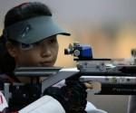 La tiradora china Yi Siling compite en la prueba de carabina desde 10 metros este sábado 28 de julio en los Juegos Olímpicos de Londres, logrando la primera medalla de oro de la competición