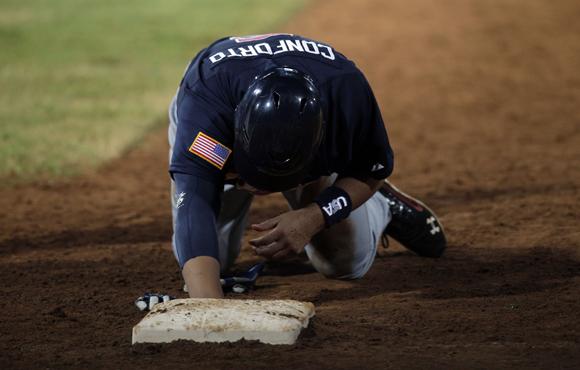 Michael Conforto es puesto Out en primera base. Foto: Ismael Francisco/Cubadebate