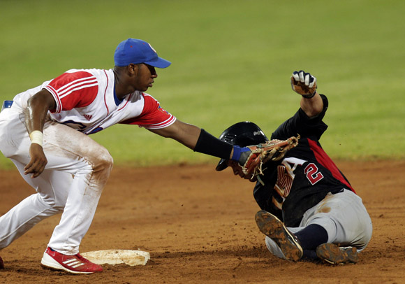 Arruebarruena pone Out en segunda base a Johnny Field.  Foto: Ismael Francisco/Cubadebate