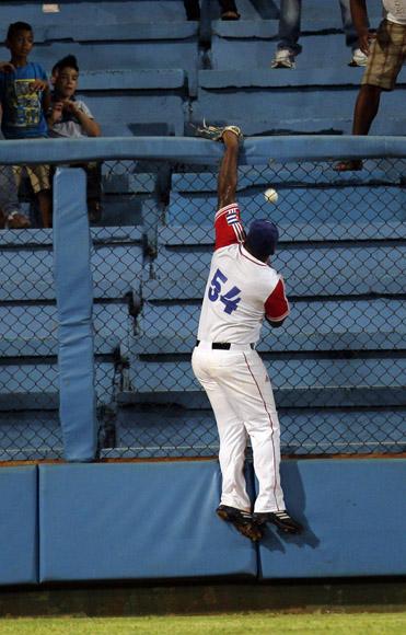 Despaigne no puede atrapar un cuadrangular.  Foto: Ismael Francisco/Cubadebate