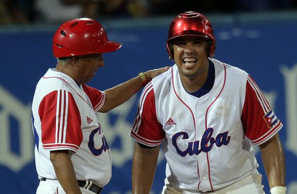 José Dariel Abreu, conecta batazo decisivo en el 9no ining.  Foto: Ismael Francisco/Cubadebate