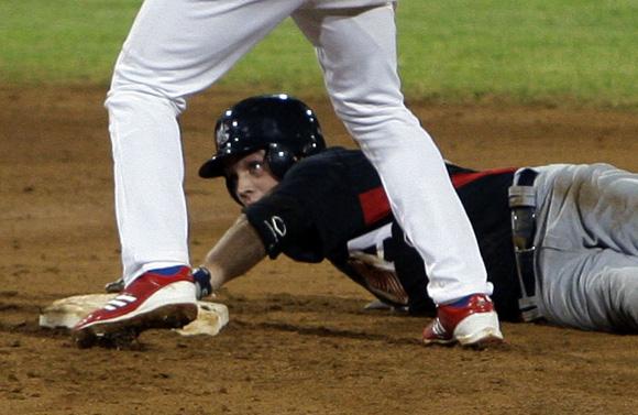 Johnny Field es puesto out en segunda base. Foto: Ladyrene Pérez/Cubadebate