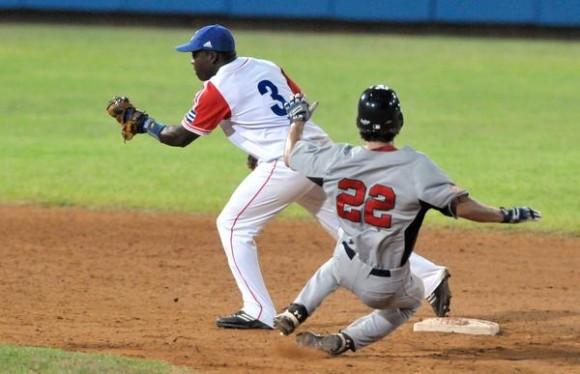 Quinto juego del tope amistoso entre el equipo universitario de Estados Unidos y el equipo Cuba de béisbol, en el estadio Latinoamericano, en La Habana, el 9 de julio de 2012. AIN FOTO/Marcelino VAZQUEZ HERNANDEZ/