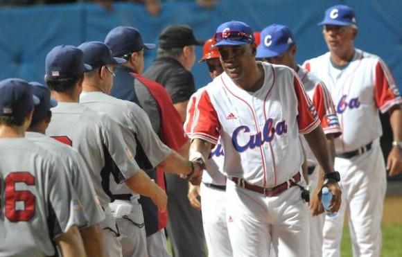 Víctor Mesa (C), director técnico de los cubanos, saluda al equipo estadounidense, al concluir el quinto juego del tope amistoso entre el equipo universitario de Estados Unidos y el equipo Cuba de béisbol, en el estadio Latinoamericano, en La Habana, el 9 de julio de 2012. AIN FOTO/Marcelino VAZQUEZ HERNANDEZ