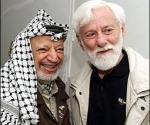 Con Yasser Arafat (a la derecha). Uri Avnery es un periodista, escritor y activista por la paz israelí. Formó parte del Parlamento israelí (Knéset) durante tres periodos legislativos (1965-1969, 1969-1973, 1979-1981), con un total de diez años como diputado.
