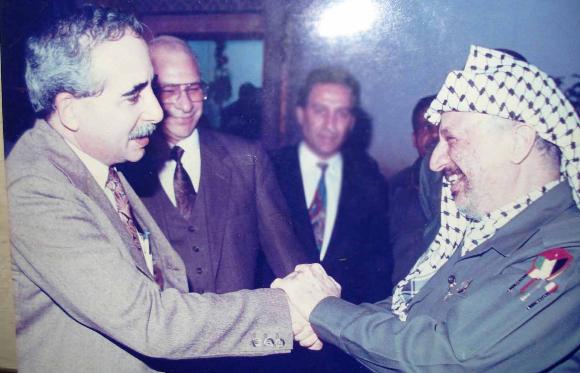 El autor saluda a Yasser Arafat en una reunión en Túnez.