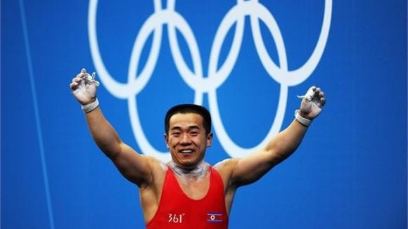 Yun Chol Om de la República Democrática de Corea celebra tras romper el récord olímpico de los 56 kg de las pesas