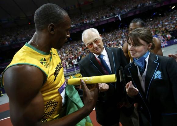 Dos jueces le piden el batón a Bolt. Foto: Reuters