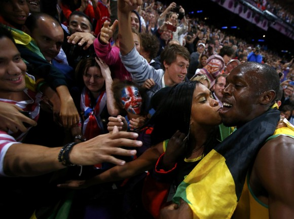 Una jamaiquina besa a Bolt. Foto: Reuters