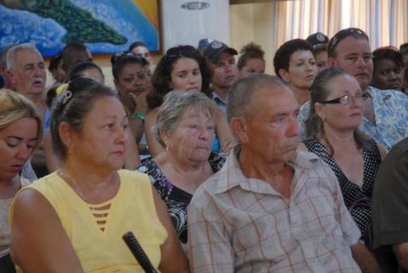 Familiares, vecinos y amigos participaron en la recordación del aniversario 36 del secuestro y posterior asesinato en Argentina del diplomático cubano Crescencio Galañena Hernández, en Sancti Spíritus, Cuba, el 9 de Agosto de 2012. AIN FOTO/Oscar ALFONSO SOSA/