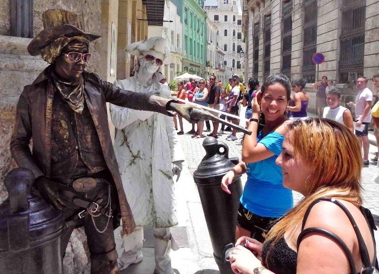 Estatuas vivientes en La Habana Vieja. FOTO: Tony Hernández Mena