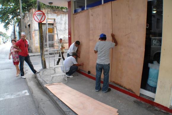 Vida cotidiana en la ciudad de Holguín, en fase de alerta ciclónica ante el posible embate de la Tormenta Tropical Isaac, el 24 de agosto de 2012. AIN FOTO/Juan Pablo CARRERAS