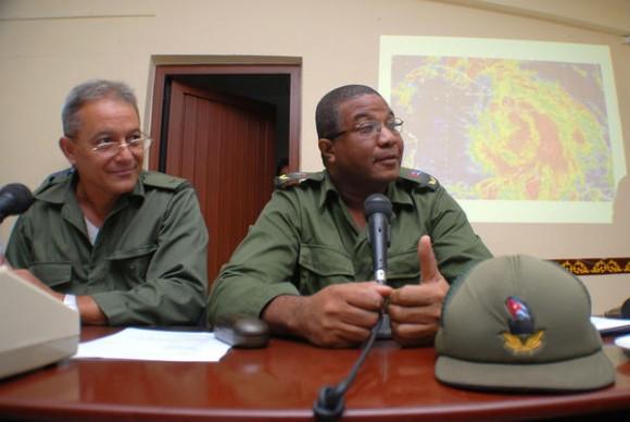 Jorge Cuevas Ramos (D) presidente del Consejo de Defensa Provincial (CDP) en Holguín activado en fase de alerta ciclónica ante el posible embate de la Tormenta Tropical Isaac, el 24 de agosto de 2012. AIN FOTO/Juan Pablo CARRERAS
