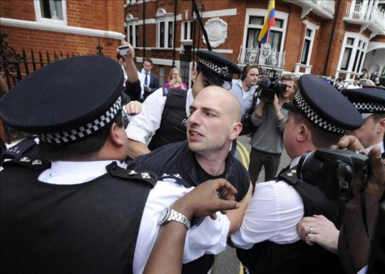 Policía británica arremete contra partidario de Assange frente a embajada ecuatoriana. FOTO: EFE
