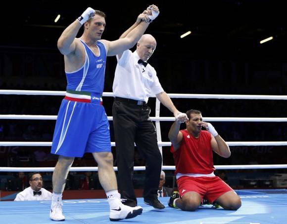 El italiano Roberto Cammarelle es declarado vencedor frente al marroquí Mohammed Arjaoui. Foto: Reuters