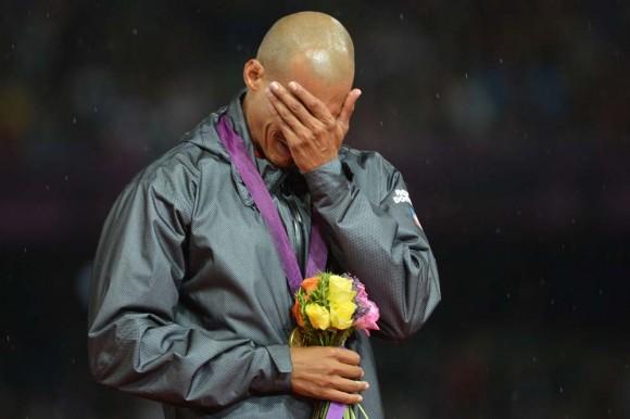 Félis Sánchez llora al recibir el título. Foto: AFP