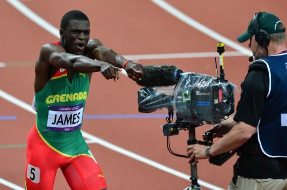 El granadino Kirani James celebra su victoria en la final de los 400 m. Foto: AFP
