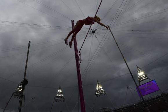 La norteamericana Becky Holliday en la competencia de pértiga. Foto: AFP