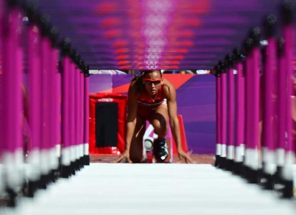 La norteamericana Lolo Jones vista a través de las vallas, en la carrera de 100 m. Foto: AFP