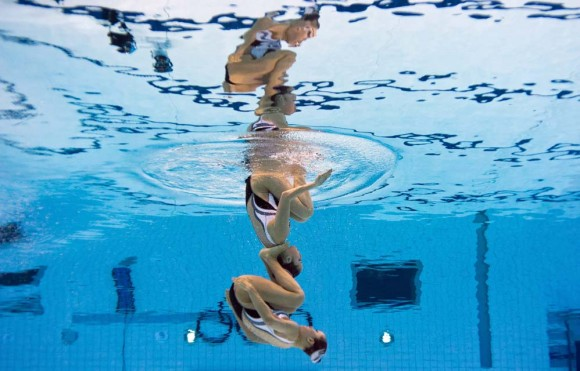 Las japonesas Chisa Kobayashi y Japan's Yukiko Inui en el nado sincronizado. Foto: AFP