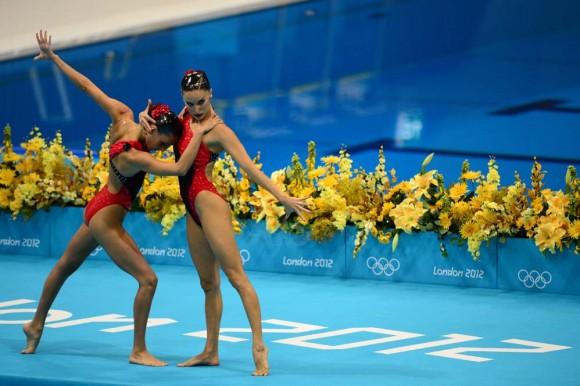Las españolas Andrea Fuentes Fache y Ona Carbonell, en las preliminares de su actuación en nado sincronizado. Foto: AFP