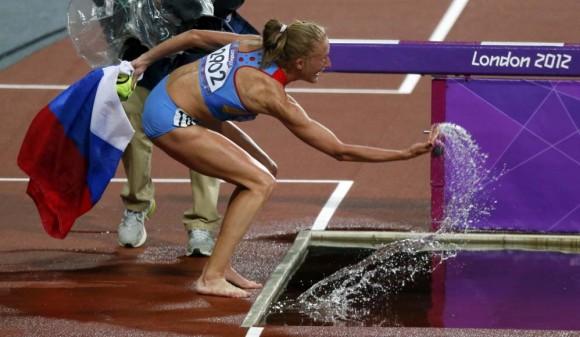 La rusa Yuliya Zaripova ganó hoy la medalla de oro en la prueba de tres mil metros con obstáculos para damas, en el marco de las Olimpiadas de Londres-2012. Foto: AFP