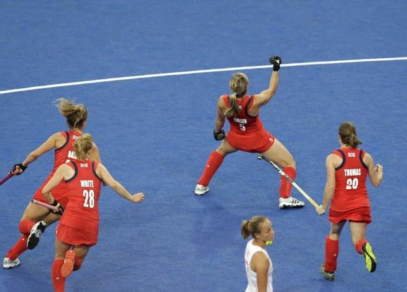 La británica Crista Cullen celebra la victoria en hockey. Foto: AP