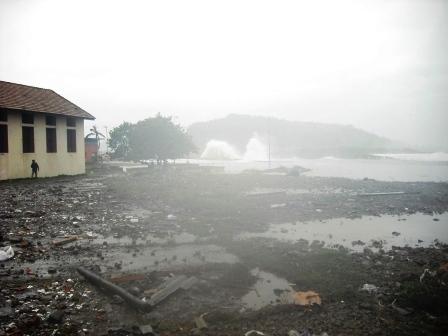 Dos viviendas derrumbadas y numerosos escombros arrojados por el mar a la avenida Malecón y calles aledañas son ya imágenes que a primera vista deja tras sí la tormenta a su paso por Baracoa.